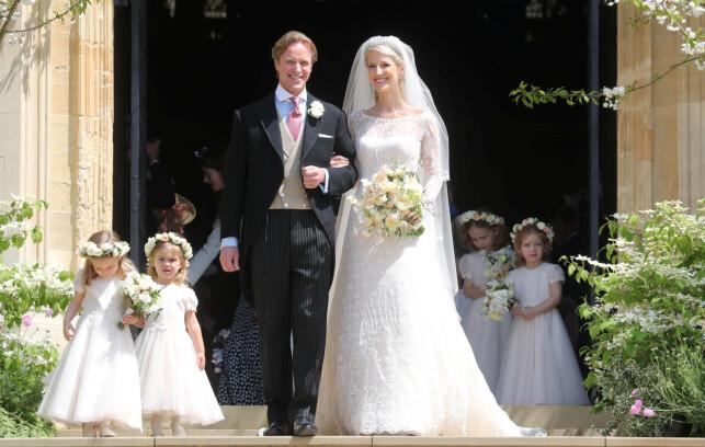 HURRA: Hundrevis av gjester hadde møtt opp for å feire det nygifte paret. Tradisjonen tro, poserte de utenfor kapellet etter vielsen. Foto: NTB scanpix