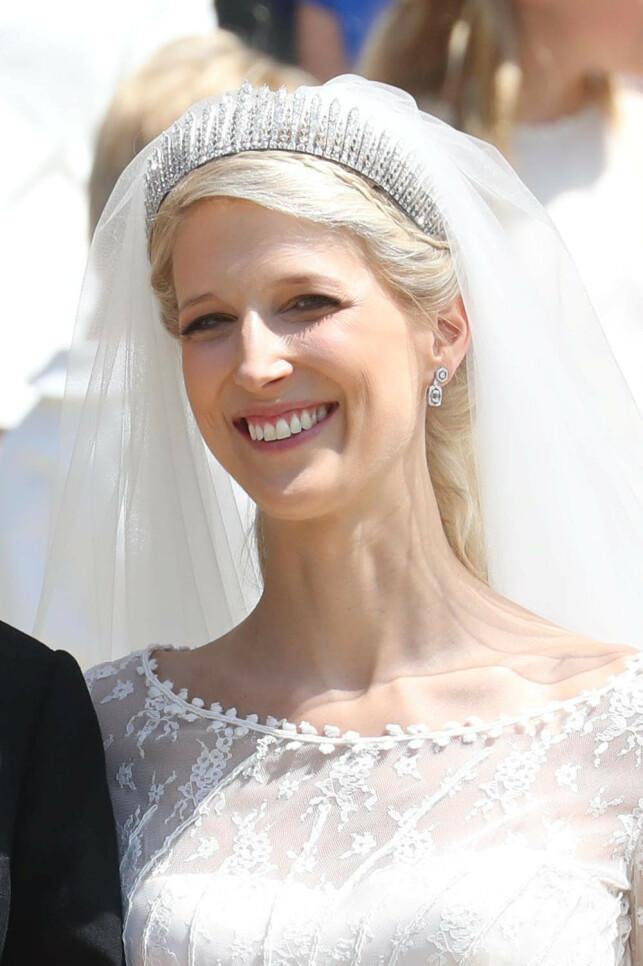 SKINNER: Lady Gabriella Windsor hadde på seg en stor og glitrende tiara i bryllupet. Den er tidligere blitt brukt av hennes mor og mormor. Foto: NTB scanpix