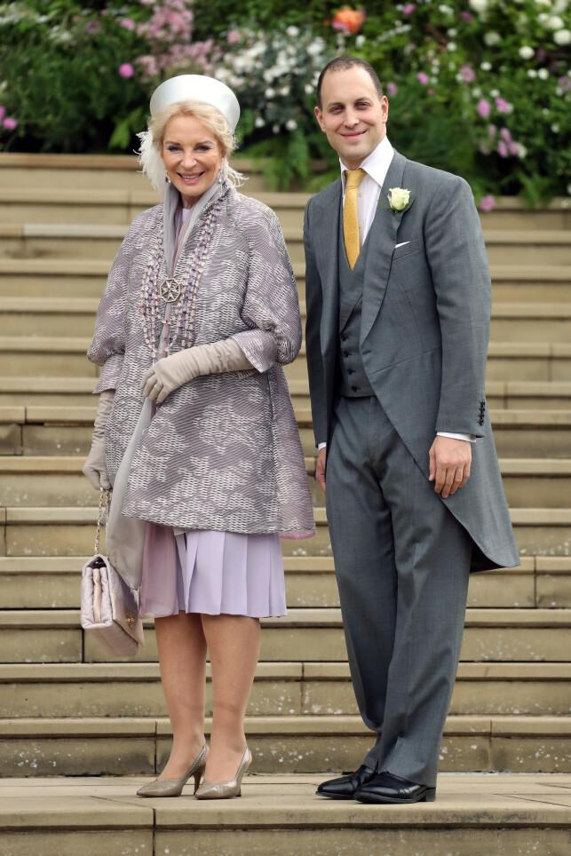 STOLTE: Prinsesse Michael av Kent og sønnen Frederick poserte på kirketrappen. Foto: NTB scanpix