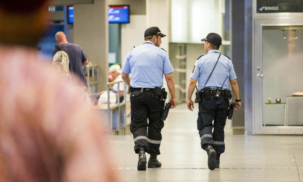 <strong>PATRULJER:</strong> Politimenn med våpen patruljerer mellom Oslo S og Bussterminalen. Det er blitt svært mange flere årsverk i politiet i Oslo kommune de siste to årene, men ikke alle disse er utegående politi. Foto: Berit Roald / NTB scanpix