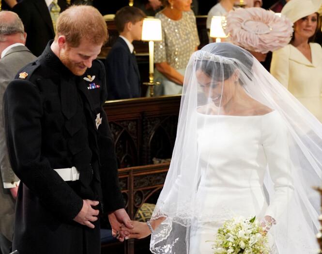 <strong>FNISTE:</strong> Harry og Meghan fniste både til hverandre og biskopen under vielsen. Foto: NTB Scanpix