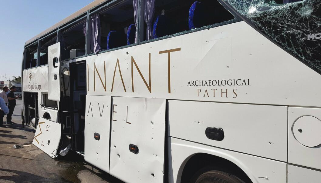 BUSSEN: Bomben skal ha gått av idet turistbussen passerte museet i Giza, opplyser et øyenvitne. Foto: REUTERS/Ahmed Fahmy