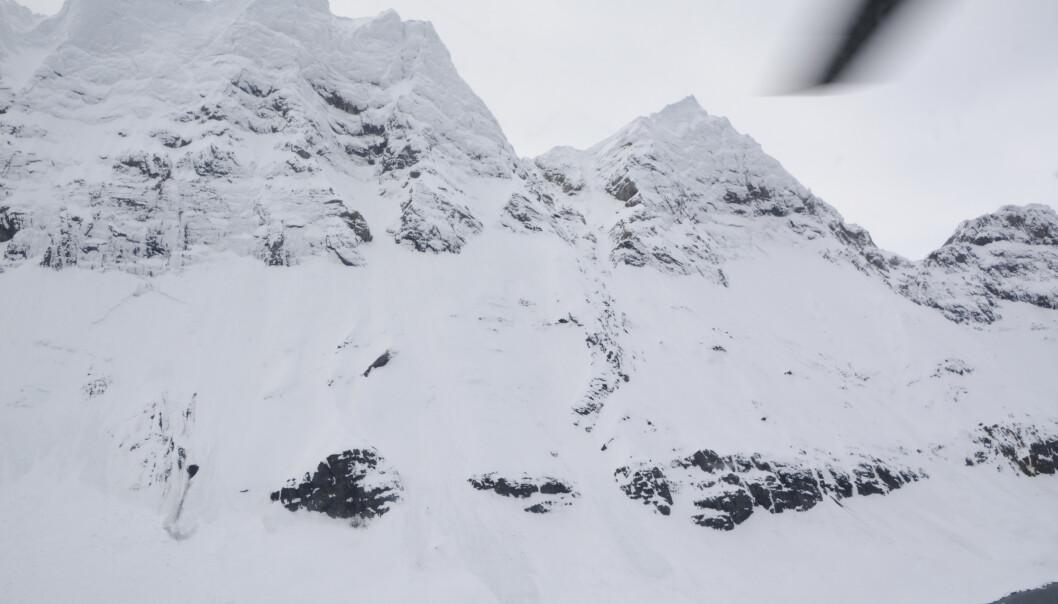 Bilde tatt fra Sysselmannens helikopter mot fjellet Kamkrona i Hornsund på Svalbard. En mann og en kvinne er funnet døde i et skredområde her etter å ha falt flere hundre meter nedover en bratt fjellside. Foto: Sysselmannen på Svalbard / NTB scanpix