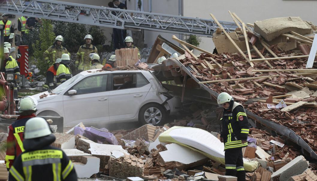 Brannmenn leter etter savnede i et hus som raste sammen etter en eksplosjon i byen Rettenbach i Tyskland. Foto: Karl-Josef Hildenbrand / AP / NTB scanpix