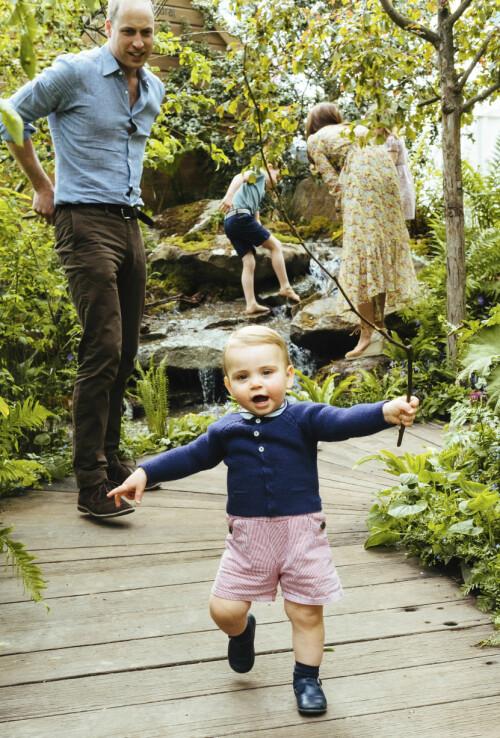 GÅR SELV: Prins Louis løp rundt i hagen mens pappa fulgte med. Foto: Matt Porteous / Kensington Palace via AP / NTB Scanpix