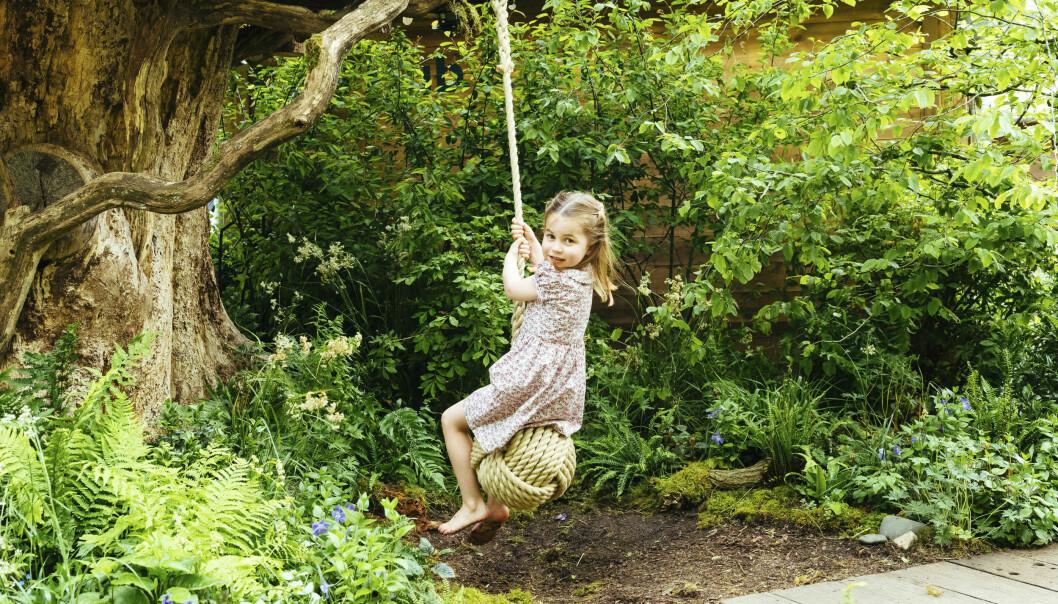 MORO: Prinsesse Charlotte så ut til å storkose seg på husken. Foto: Matt Porteous / Kensington Palace via AP / NTB Scanpix