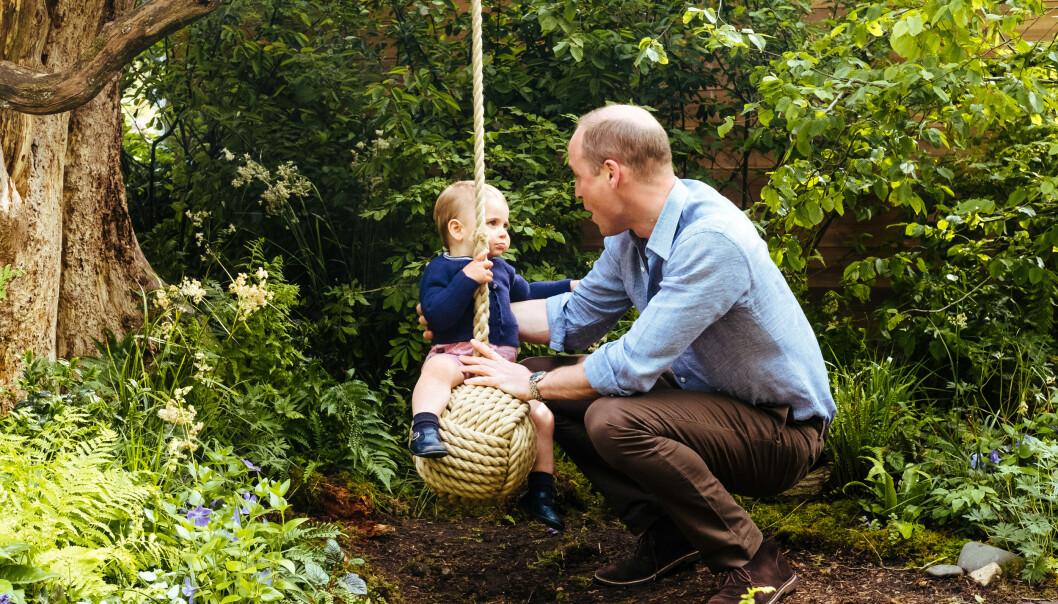 MED PAPPA: Prins Louis fikk prøve husken med pappa. Foto: Matt Porteous / Kensington Palace via AP / NTB Scanpix