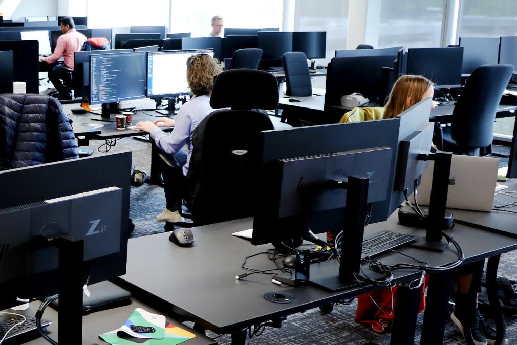 Utviklere i Akershus og Bergen jobber ifølge våre tall mer overtid enn utviklere i for eksempel Trøndelag. Og devops-folk jobber langt mer enn for eksempel app-utviklere. Dette er et illustrasjonsbilde fra TV 2 sine lokaler i Media City i Bergen. 📸: Ole Petter Baugerød Stokke