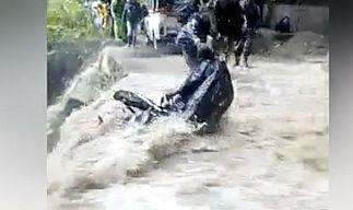 image: Flommen herjer. Så kommer motorsyklisten