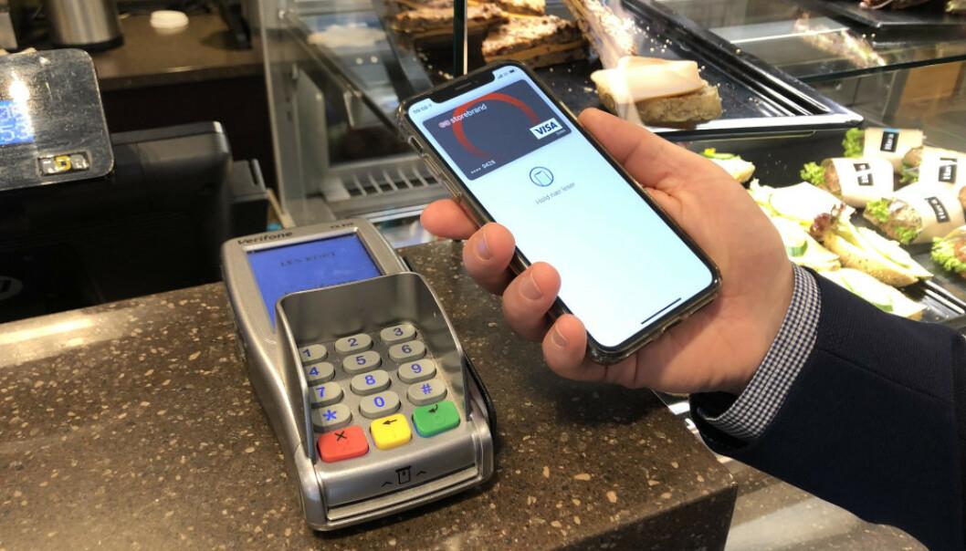 <strong>APPLE PAY:</strong> Nå kan Storebrand-kunder tæppe med Apple Watch og iPhone. Foto: Storebrand