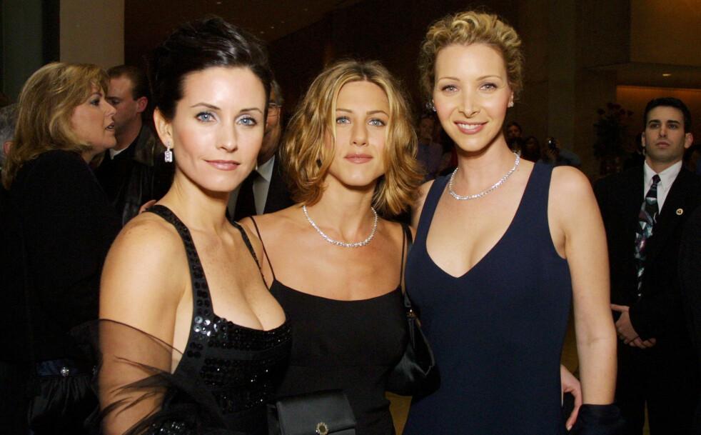 VENNER FOR LIVET: Courteney Cox, Jennifer Aniston og Lisa Kudrow spilte side om side i sitcom-serien «Friends» fra 1994 til 2004. De har siden beholdt vennskapet. Dette bildet er tatt i desember 2000.