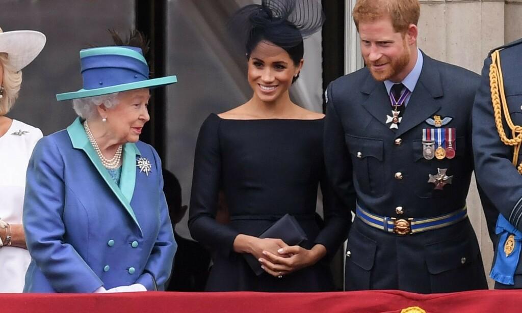 ANSETTER: I likhet med store deler av den britiske kongefamilien ønsker nå også dronning Elizabeth å fokusere på sosiale medier. Her med hertuginne Meghan og prins Harry i fjor sommer. Foto: David Fisher/REX/ NTB Scanpix