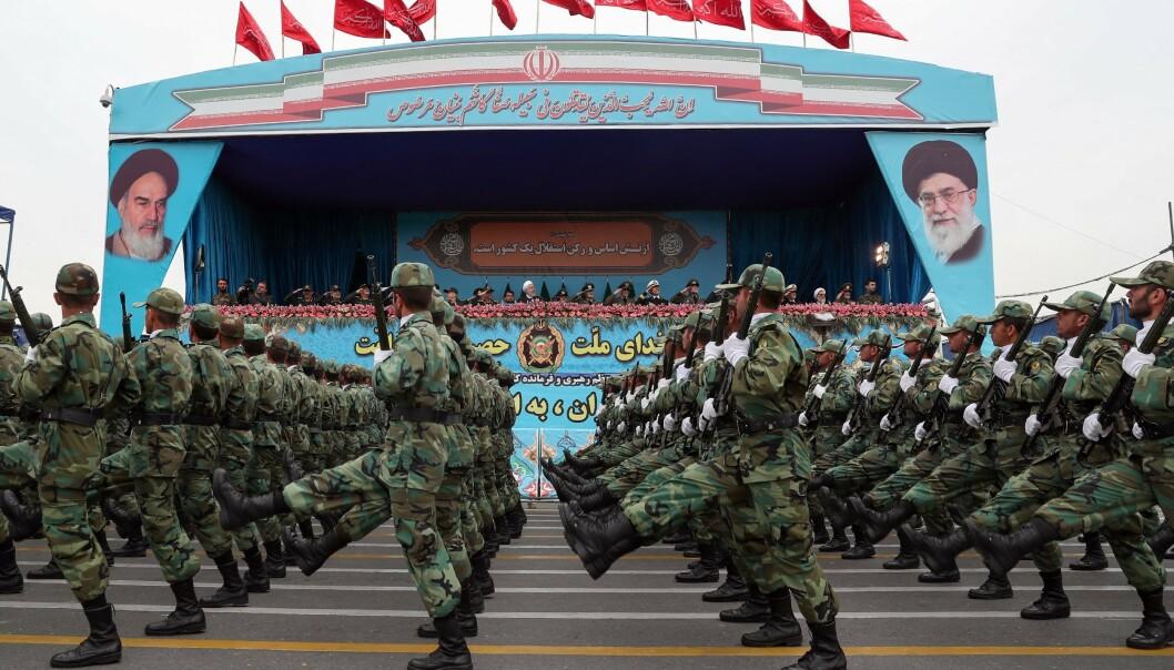 UNDERLEGNE: På papiret er de underlegne USA militært, men Iran har et trumfkort på hånda ved en eventuell krig. Her fra militærparaden i Tehran i april. Foto: NTB Scanpix