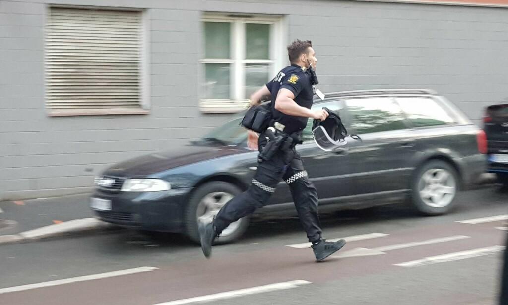 AKSJON: Politiet i aksjon på Grünerløkka tirsdag kveld. Foto: Christian Roth Christensen / Dagbladet.