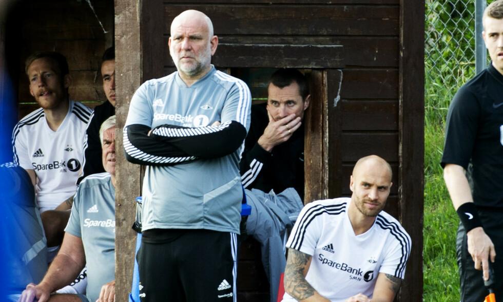 I FRONT: Assistent Karl Oskar Emberland styrte Rosenborg i kveld, mens Eirik Horneland satt rolig i bakgrunnen. Foto: Ned Alley / NTB scanpix
