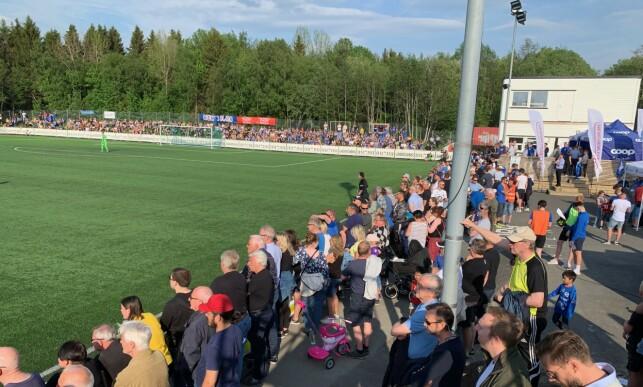 REKORDSTORT PUBLIKUM: Det var folksomt rundt banen da Tiller tok imot Rosenborg i cupens andre runde. Foto: Tore Ulrik Bratland