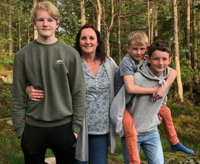 TRAVEL FEMBARNSMAMMA: Med fem barn har Monica Kristiansen mange års erfaring fra juni-stria. I år er hun imidlertid takknemlig for at skolen har valgt å ha én felles avslutning for alle skoleklassene - noe kanskje flere skoler burde vurdere? FOTO: Privat