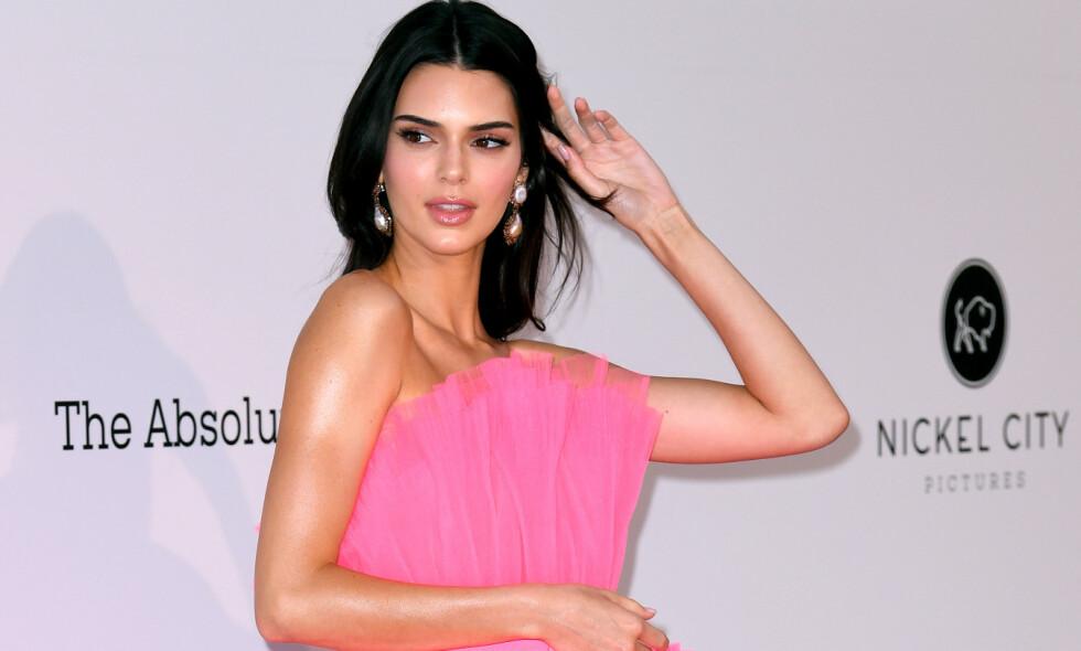 SINGEL: Kendall Jenner så ikke ut til å tenke på bruddet med Ben Simmons da hun torsdag kveld strålte på den røde løperen i Antibes. Foto: NTB Scanpix