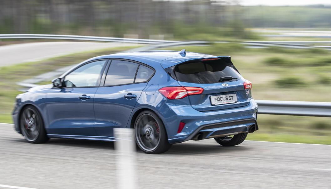 SPORTSBLÅ. Denne fargekombinasjonen er tilgjengelig i alle Fords sportslige modeller, det vil si GT, Mustang, Raptor- RS- og ST-Modeller. Foto: Ford