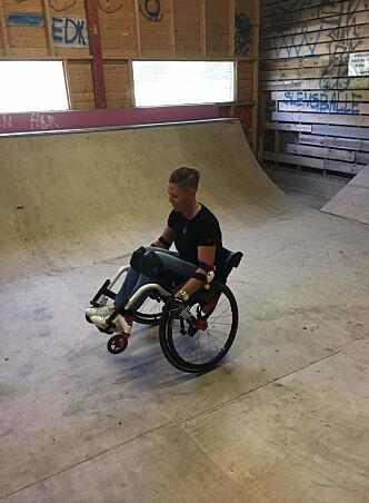 LEK: Ellen lar ikke et fysisk handicap være til hinder for lek og moro. FOTO: Privat