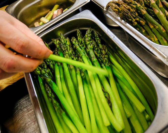 <strong>GRØNNE SKATTER:</strong> - Det flotte med norske grønnsaker i høysesongen er at de i stor grad kan tale for seg selv på tallerkenen, sier kokk Joachim Lindgren. FOTO: Axel Munthe-Kaas Hærland.