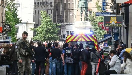 Fransk politi og sikkerhetspersonell ankom raskt på stedet etter eksplosjonen i Lyon. Foto: NTB scanpix / AFP