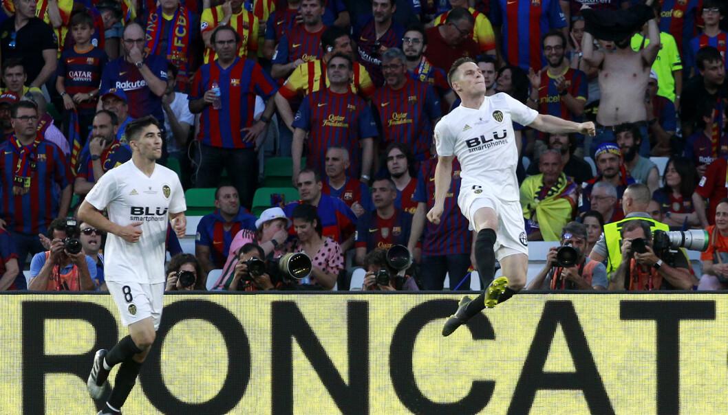 Valencia-spiss Kévin Gameiro feirer scoring i cupfinalen mot Barcelona. Foto: Miguel Morenatti / AP / NTB scanpix