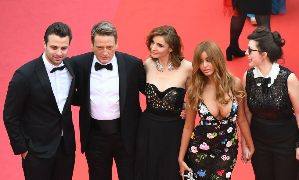 VEKKER OPPSIKT: Zahia Dehar (nummer to fra høyre) har kapret oppmerksomhet med sin tilstedeværelse under filmfestivalen i Cannes. Årsaken er hennes svært skandaløse fortid. Foto: NTB Scanpix