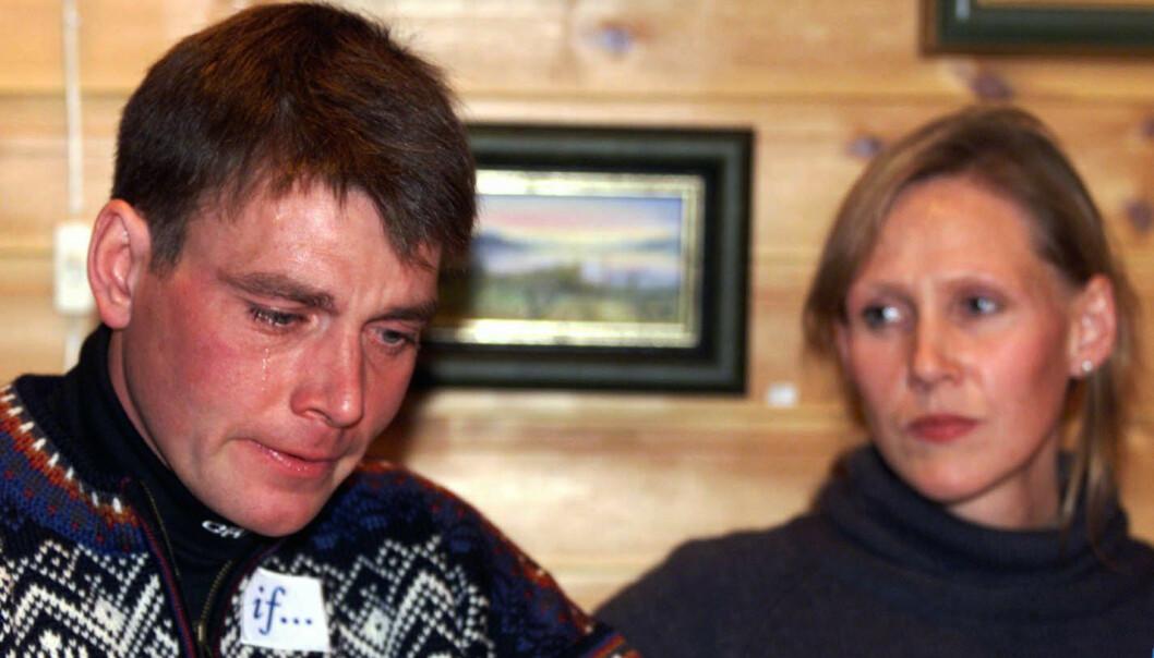 SØNDERKNUST: Erling Jevne var tydelig beveget da han og kona holdt en pressekonferanse om sønnens tragiske dødsfall i 1999. Foto: Lise Åserud / NTB Scanpix