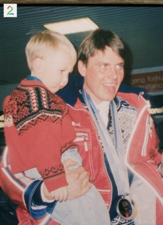 GJENSYNSGLEDE: Erling Jevne ble møtt av jublende fans og familie da han kom hjem fra OL i Nagano i 1998. Her avbildet med sønnen Erich Iver på flyplassen ved hjemkomst. Foto: TV 2