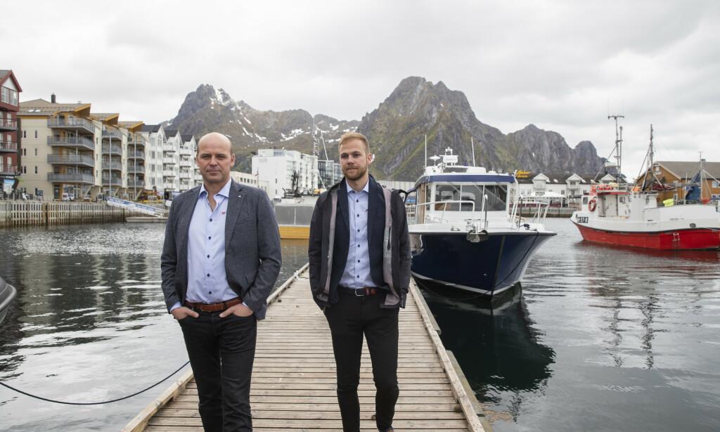 Ken Rune Bekkeli (t.v.) og Karl Erik Bekkeli i Salaks AS frykter for lokalsamfunnene etter at dødsalgen har rammet oppdretterne i nord hardt. Foto: Berit Roald / NTB scanpix