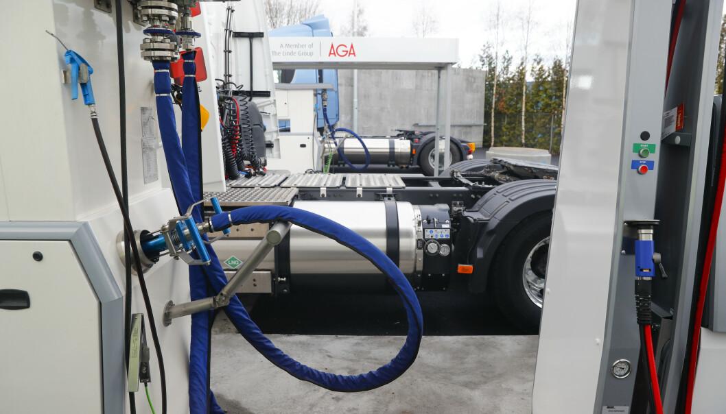 Norges første fyllestasjon for flytende biogass som drivstoff til tungtransport åpnet på Furuset i desember i fjor. Nå er samferdselsministeren positiv til å gi rabatt i bompengeringen for kjøretøy som bruker 100 prosent biogass. Foto: Cornelius Poppe / NTB Scanpix