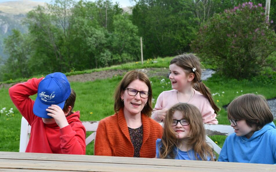 MAMMA MED GJENGEN: Fra venstre: Fredrik, mamma Kristin, Oda (bak), Solveig og Iver FOTO: Privat