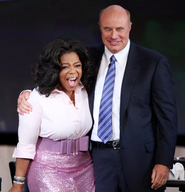 KOLLEGER: Phil McGraw entret offentligheten som fast gjest på talkshowet til Oprah Winfrey. Her er de sammen på «The Oprah Winfrey Show» i 2010, der McGraw barberte av seg barten. Foto: AP/ NTB scanpix