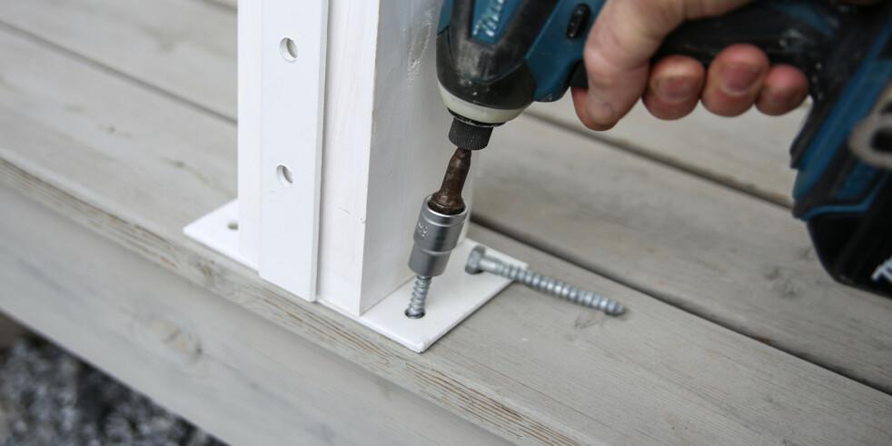 Forankring. Solide skruer rett i bjelkelaget gir skikkelig forankring i terrassen. Foto: Øivind Lie-Jacobsen