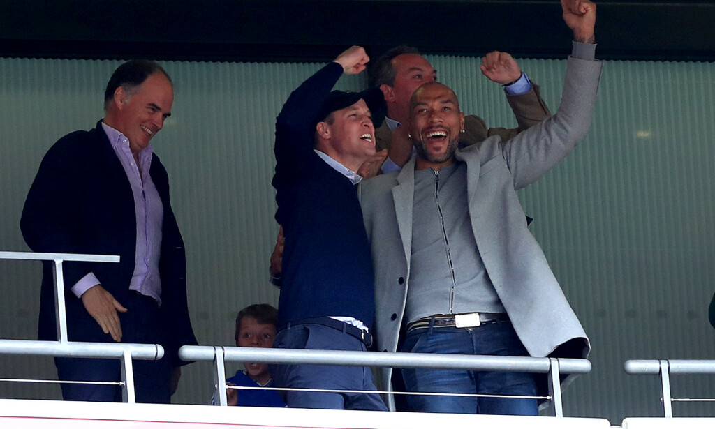 ROYAL JUBEL: Prins William og John Carew feirer sammen. Foto: NTB scanpix