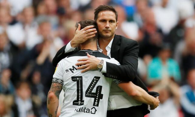 TAP: Frank Lampard trøster spillerne etter tapet. Foto: NTB scanpix