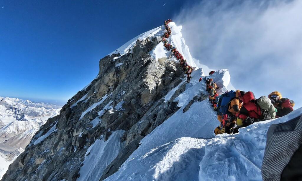 PÅ LIV OG DØD: Elleve personer døde på vei opp eller ned fra Mount Everest på ei uke. Nå viser et nytt bilde den brutale kampen for å nå toppen. Foto: Handout / Project Possible / AFP