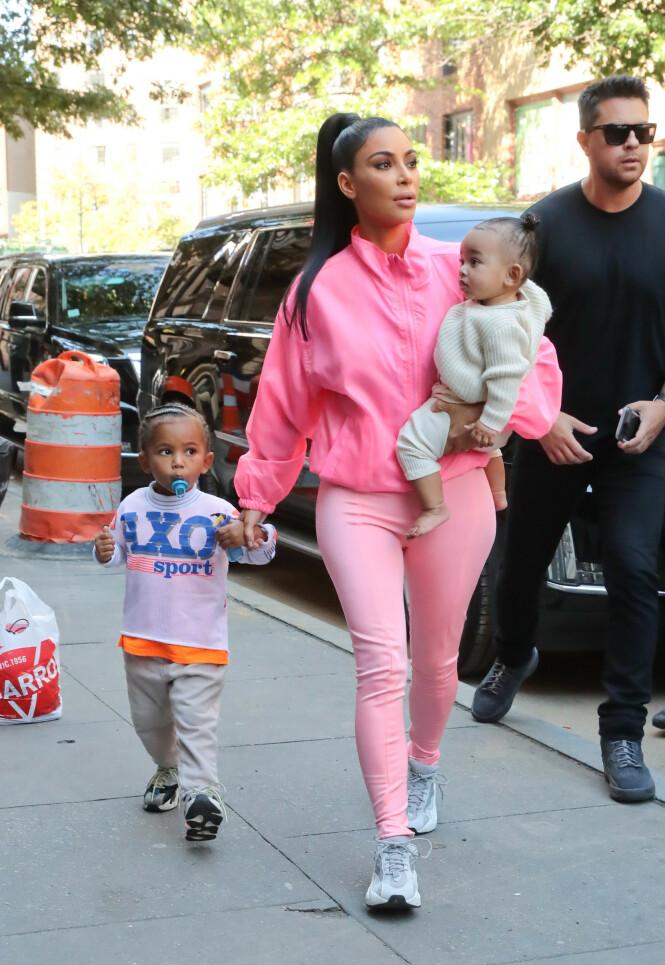 TRAVEL DAME: Kim Kardashian regnes som en av verdens mest kjente mennesker med sitt eget sminkemerke, sitt eget spill og flere andre prosjekter. Nå er hun også mamma til fire barn. Her avbildet med sønnen Saint (3) og datteren Chicago (1). Foto: Scanpix