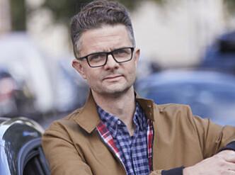 SJEKK VOGNKORT: Nils Sødal i NAF råder bilister til å sjekke om de har lov til å trekke henger med elbil. Foto: NAF