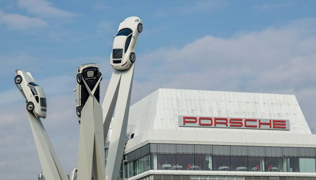 Porsches kontor i Stuttgart ble tirsdag gjennomsøkt av tysk politi. Foto: NTB scanpix / AFP