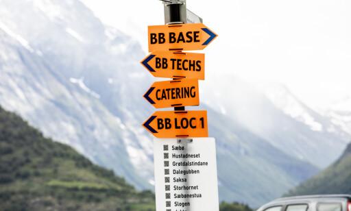 BB-SKILT: Det er hengt opp skilt flere steder i Sæbø med henvisning til «location 1» og «location 2». «BB» står trolig for filmens kodenavn, «Blue Bayou». Foto: Christian Roth Christensen