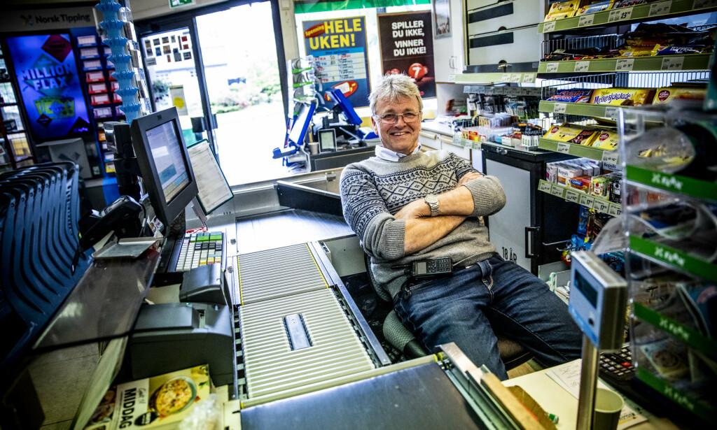 STENGER: Skiltet merket med lokasjon 2 peker rett mot Joker-butikken til Thorbjørn Slettedal. Han holder butikken stengt deler av onsdag, men er hemmelighetsfull om hva som egentlig skal skje der inne. Foto: Christian Roth Christensen / Dagbladet