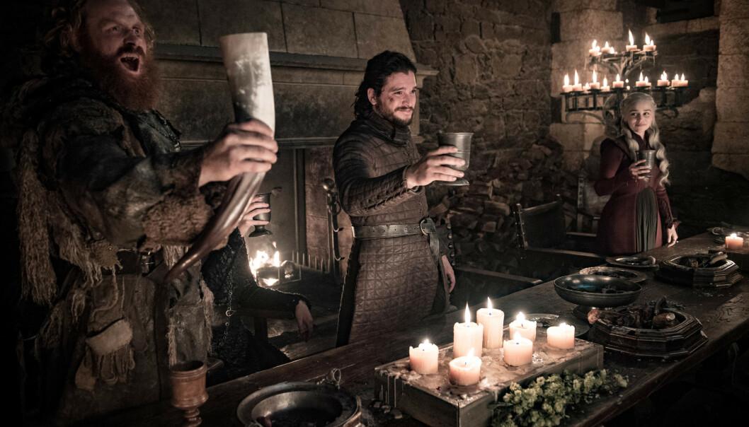 Norske Kristofer Hivju fra venstre, Kit Harington og Emilia Clarke i en scene fra «Game of Thrones.» Foto: HBO / AP / NTB scanpix