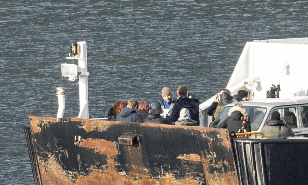 DOBBELTGJENGER?: Det er to rødhårede kvinner om bord i båten. Det vites ikke om det er snakk om det er en del av plottet, eller om det er Scarletts stand-in. Foto: Christian Roth Christensen / Dagbladet