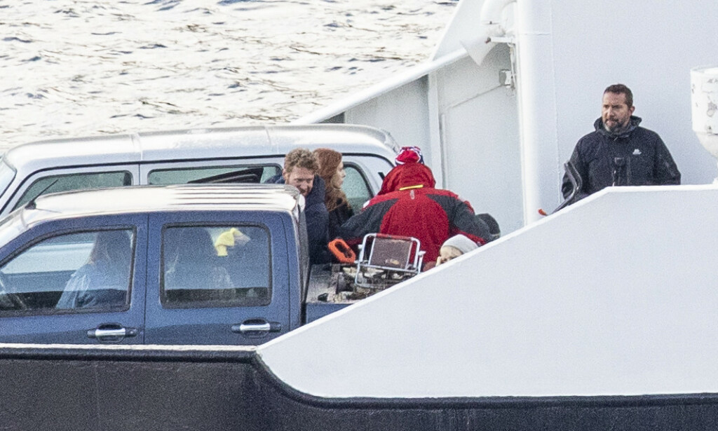 INNSPILLING: Det ble filmet om bord på ferja «Goma» i morgentimene onsdag, og det var en rødhåret kvinne som sto foran kamera. Det kunne se ut som en bil var en del av scenen. Foto: Christian Roth Christensen / Dagbladet