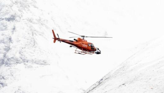 HELIKOPTER: Mens ferja Goma seiler fram og tilbake i Hjørundfjorden, flyr et helikopter med jevne mellomrom over området. Foran har det montert noe som kan se ut som et kamera. Foto: Christian Roth Christensen / Dagbladet