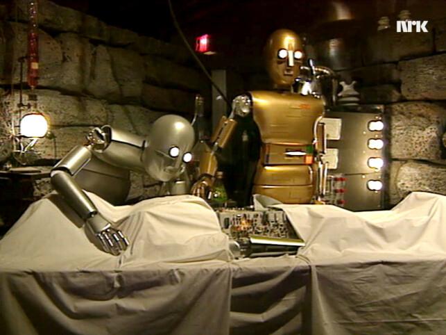 TV-programmet starter med disse skumle robotene, som fikler med det som ser ut som en tredje robot med store helseproblemer. 📸: NRK