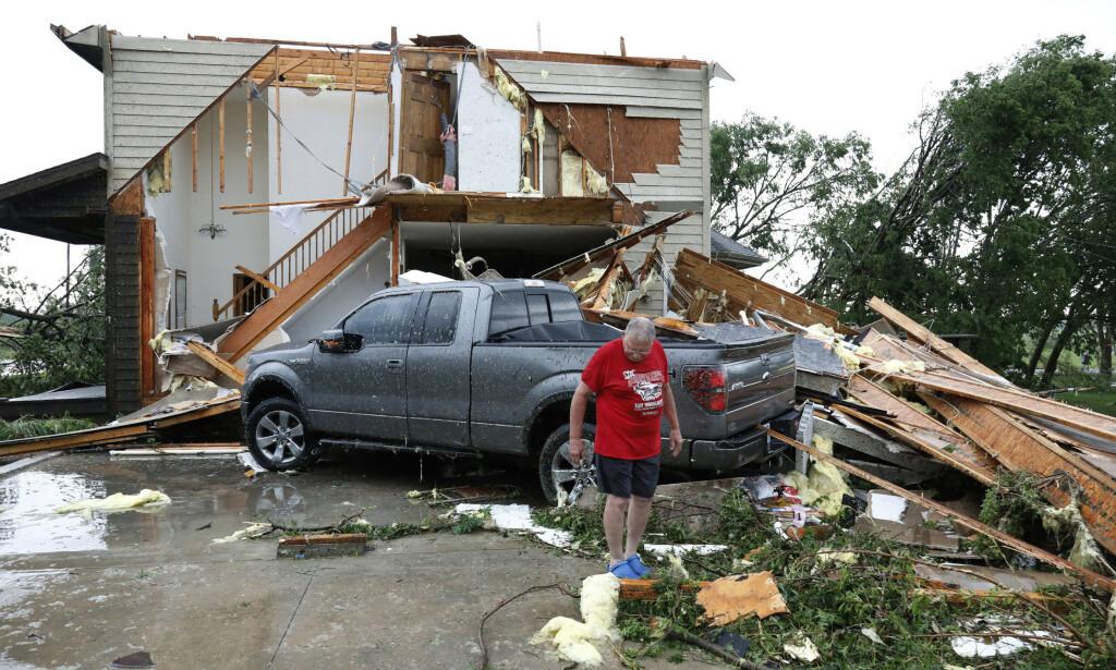 Joe Armison undersøker skadene på huset sitt etter at en tornado rammet småbyen Eudora i Kansas tidligere denne uken. Foto: Colin E. Braley / AP / NTB scanpix