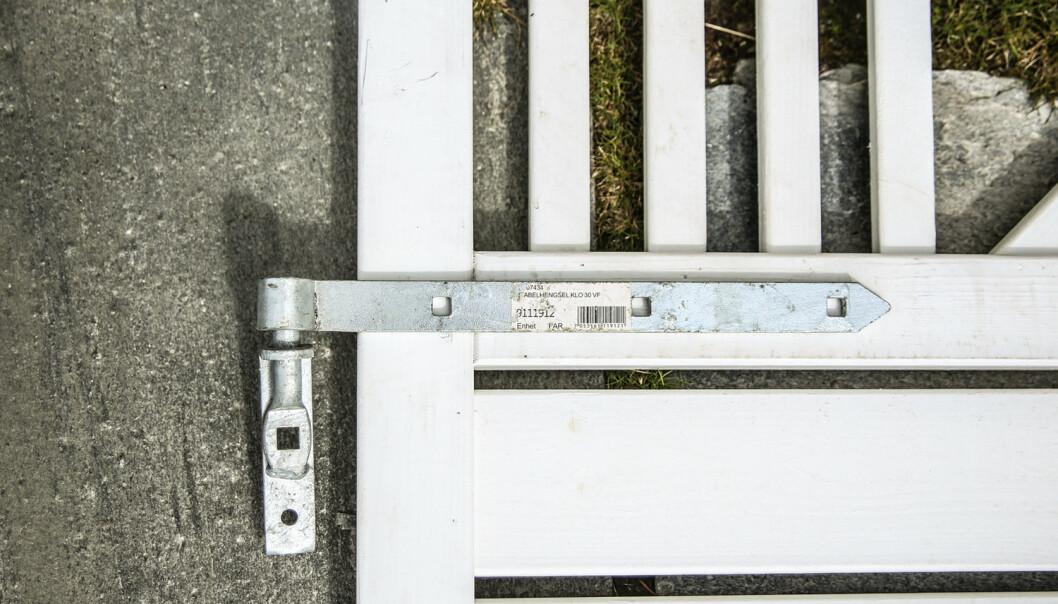 Veggmontering: Skal veggen trekkes ut fra husveggen, kan den forankres med slike stabelhengsler. Da blir den mer stabil, og lettere å slå sammen. Foto: Øivind Lie-Jacobsen
